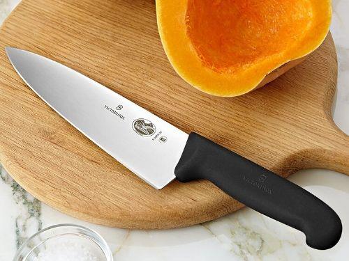 chuchillo tipo chef cortando fruta